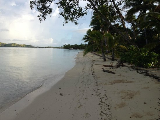 Lomani Island Resort: Beach walk