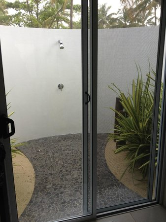 Lomani Island Resort: Outside shower in beach front bure