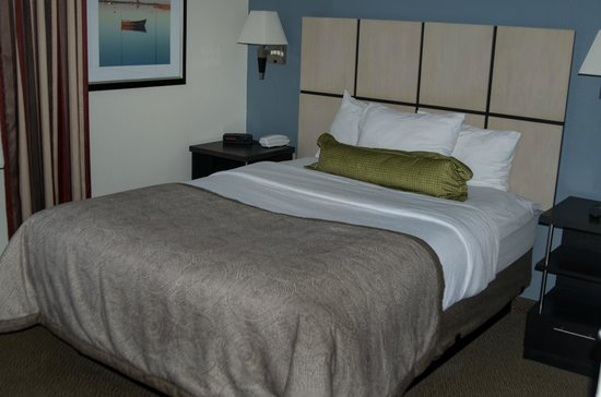Candlewood Suites - Pittsburgh Airport: Bed in Bedroom