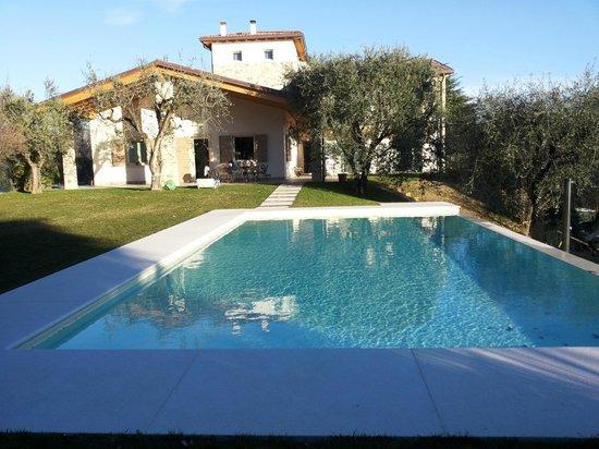 B&B Colle San Giorgio: Vista frontale del B&B con piscina