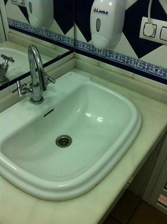 La Primera del Puente : il bagno con i rubinetti al contrario (girano in senso inverso)