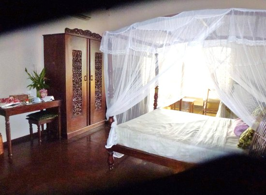 Asian Jewel Boutique Hotel : The best room with 4 poster bed and lagoon views