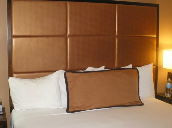 Mariposa Inn and Suites : bed and headboard