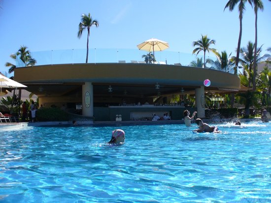 Sunset Plaza Beach Resort & Spa : pool and bar