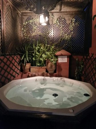 Riad La Porte Rouge: Hot tub @ roof terrace.