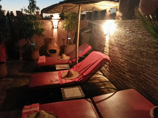 Riad La Porte Rouge: Loungers @ roof terrace.