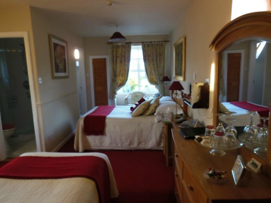 Coatesland House: View of right side of the room with the double bed and one bathroom