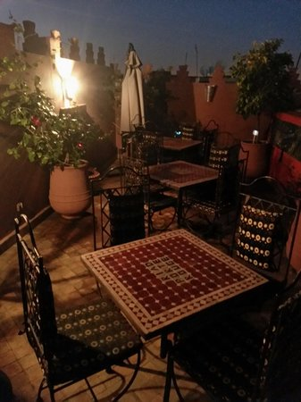 Riad La Porte Rouge: Roof terrace @ night.