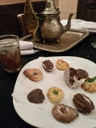 Riad La Porte Rouge: Traditional mint tea & biscuits.