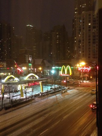 Best Western River North Hotel: Nice night street view from Best Western River North in snowy Chicago!