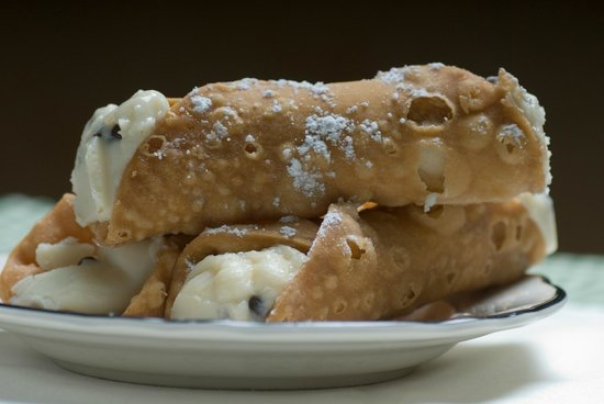 Alongi's Italian Restaurant: cannoli