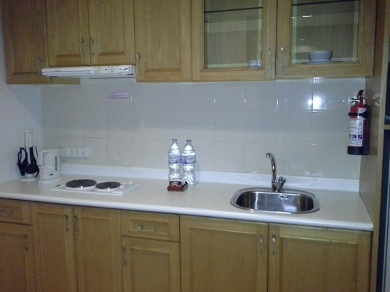 Harmoni Suites Hotel: kitchen