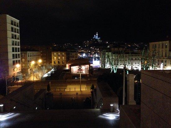 InterContinental Marseille - Hotel Dieu : Vista dall' ingresso. In alto, Nôtre Dame de la Garde