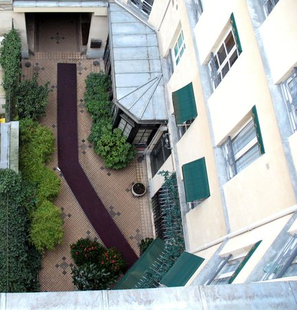 Hôtel des Marronniers : Looking down into the front entrance