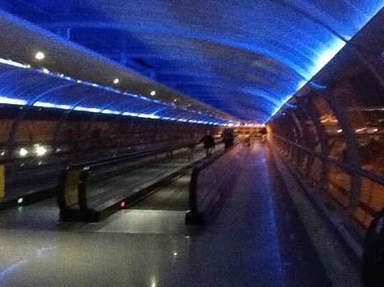 Radisson Blu Hotel, Manchester Airport : walkway to terminal