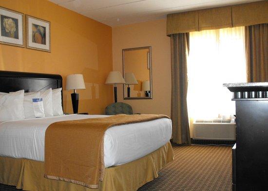 Baymont Inn & Suites East Windsor Bradley Airport : Room 115 - accessible bedroom
