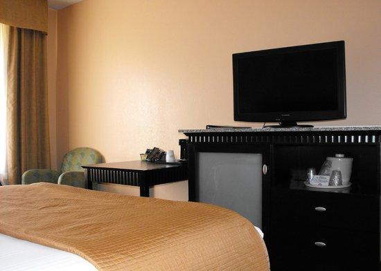 Baymont Inn & Suites East Windsor Bradley Airport: Room 115 - accessible bedroom
