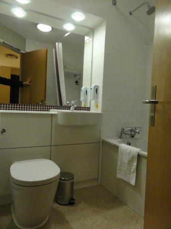 Premier Inn London County Hall Hotel: Banheiro