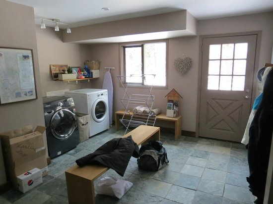 Home Lodge: Mud Room / Washer Dryer