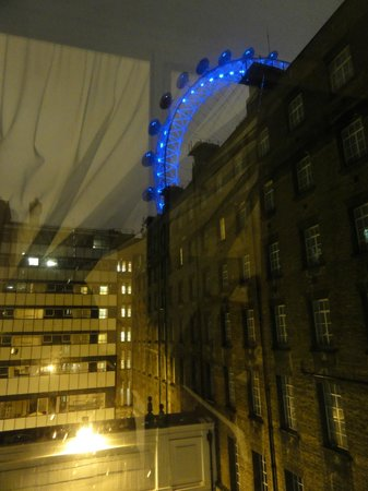 Premier Inn London County Hall Hotel: Vista do quarto