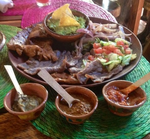 La Perla Pixan Cuisine & Mezcal Store: Wonderful smoked meat with house made tortillas