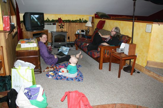 Mistiso's Place Vacation Rentals: Auntie plays with baby while Grandpa relaxes in the lovely Kokanee Suite.