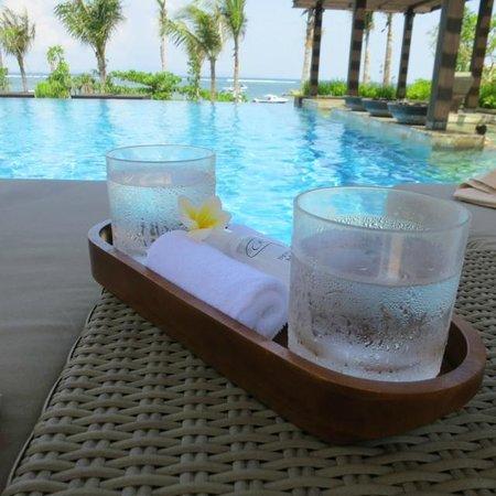 Fairmont Sanur Beach Bali : Infinity pool overlooking the beach