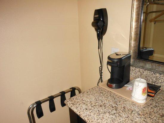 Montigo Inn : coffeemaker (by sink)