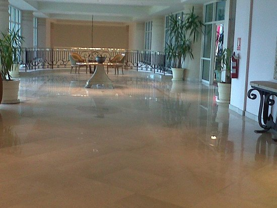 Conrad Punta del Este Resort & Casino : 2do Piso, Hall hacia kids club y piscina descubierta