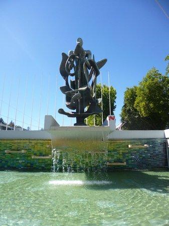 Universidad de Concepcion: escultura y fuente