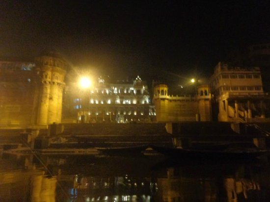 WelcomHeritage Jukaso Ganges: Night time view of Hotel from Ganges