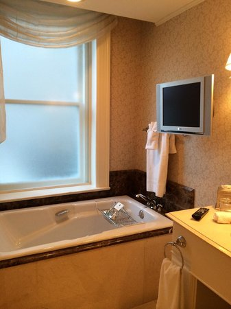 Hermitage Hotel: Bathtub and tv in our bathroom