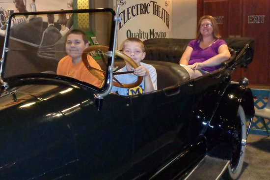 Henry-Ford-Museum: Antique car display