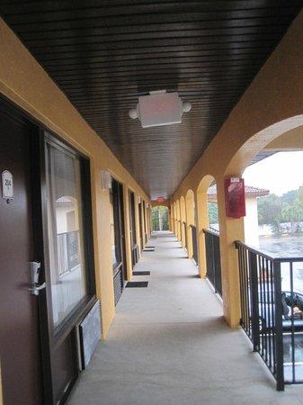 Americas Best Value Inn St. Augustine Beach : 2nd floor landing, north side