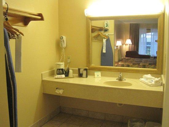 Americas Best Value Inn St. Augustine Beach : Vanity area