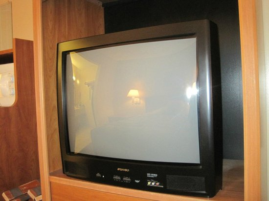 Americas Best Value Inn St. Augustine Beach: Older TV, limited viewing- unless you're a sports fan.