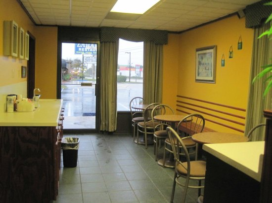 Americas Best Value Inn St. Augustine Beach: Breakfast area