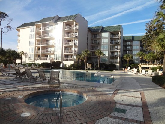 Villamare Villas Resort at Palmetto Dunes : The pool and Building 3.