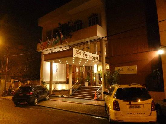 Julio Cesar Hotel: Frente do Hotel a noite