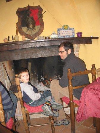 Agriturismo Il Borgo nelle Querce: Camino del salone
