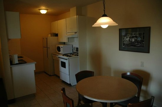 Coast Fraser Tower: Kitchenette and dining area