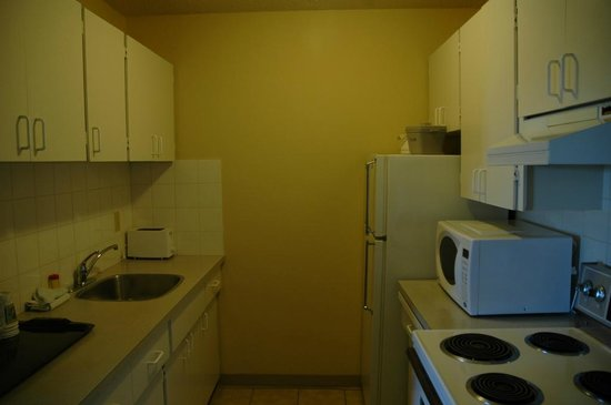 Coast Fraser Tower: Kitchenette