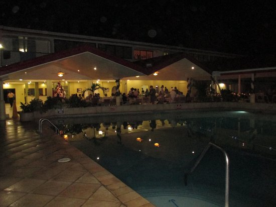 Crown Point Beach Hotel: The restaurant and pool area