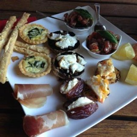 Lazy River Boutique Bed and Breakfast: appetizers that get delivered to your room