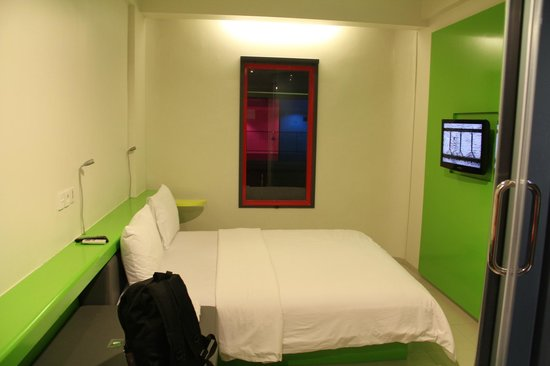 POP! Hotel Kuta Beach: Comfortable bed with nice TV channel