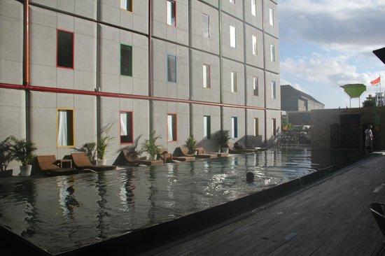 POP! Hotel Kuta Beach: Breakfast beside the pool!