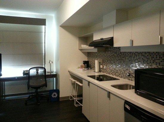 Element Dallas Fort Worth Airport North : Modern mini kitchen
