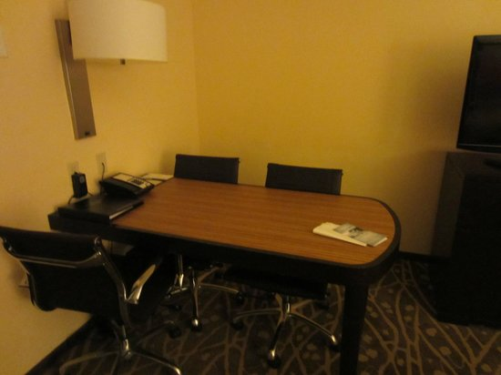 Embassy Suites by Hilton Houston - Energy Corridor : desk table area with plugs