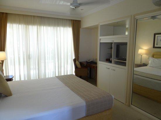 Paradise Links Resort Port Douglas : Main (king) bedroom