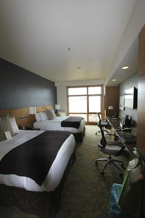 Cedarbrook Lodge: living area -- large